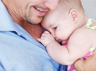 los padres tambien sufren cambios hormonales con la paternidad