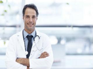 Médico que te explica los tipos de aborto