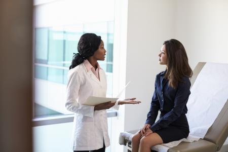 Médico explicandoa paciente como hacer un aborto