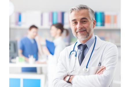 Doctor que trata el cáncer de próstata