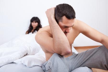 Hombre preocupado porque tiene una eyaculación retrógrada